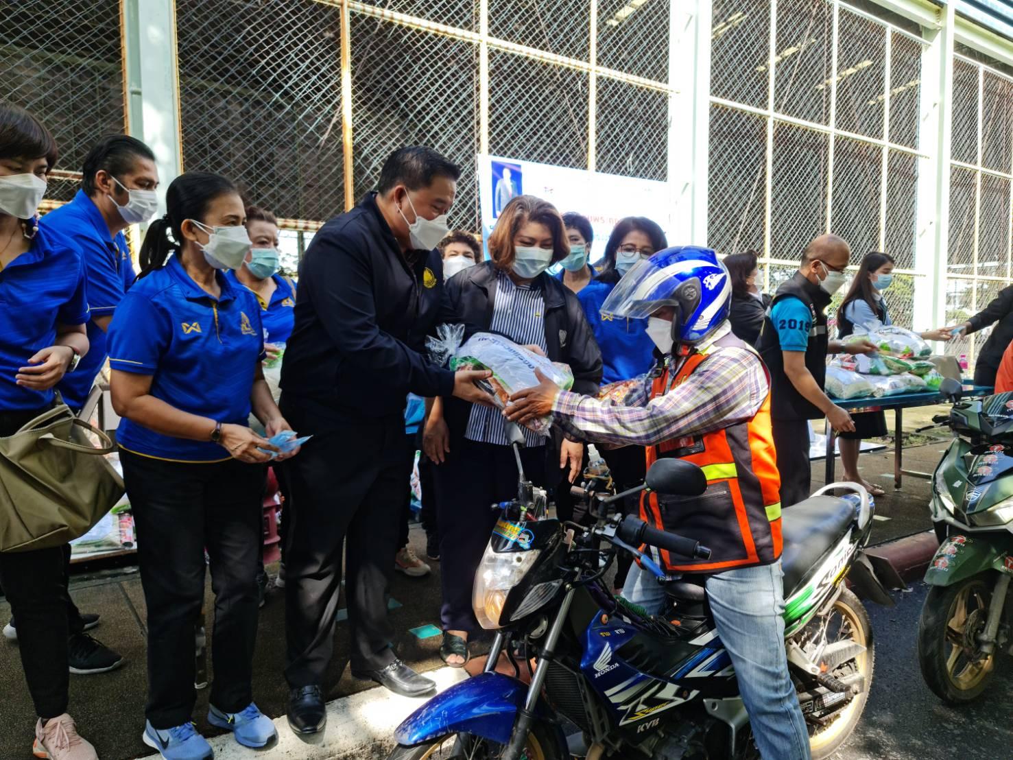 รมว.สุชาติ ส่งคณะที่ปรึกษา มอบถุงยังชีพแก่ผู้ขับขี่รถจักรยานยนต์รับจ้าง 1,500 ชุด บรรเทาความเดือดร้อนจากผลกระทบโควิด-19